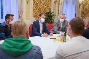 Predseda vlády Igor Matovič (v pozadí uprostred) a majitelia fitnesscentier počas stretnutia na Úrade vlády.