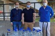 Na fotografii vľavo Erik Poláček, v strede Eduard Halada, vpravo zamestnanec Kysuckej nemocnice pri preberaní dezinfekčných prostriedkov Michal Bocko.