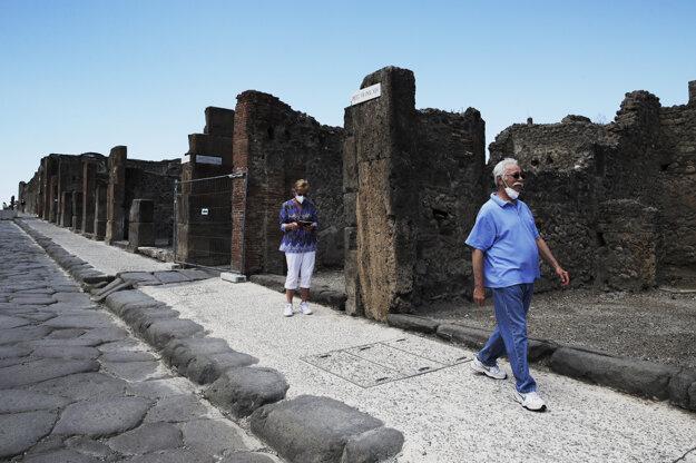 Colleen a Marvin Hewsonovci z USA sa prechádzajú v areáli Pompejí.
