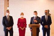 Peter Pellegrini a ďalší podpredsedovia strany Smer-SD na tlačovej konferencii.