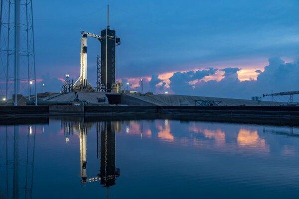 Falcon 9 pri západe Slnka deň pred štartom.