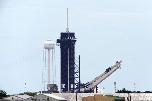 Umiestňovanie rakety SpaceX Falcon 9 s vesmírnou loďou Crew Dragon na štartovaciu rampu 26. mája 2020.