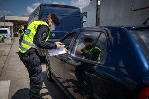Českí policajti na hraniciach kontrolujú slovenské formuláre.