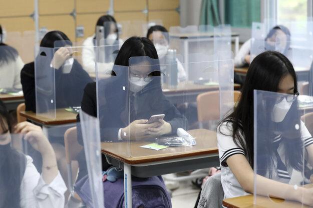Koronavírus vo svete: Študenti na strednej škole Jeonmin v juhokórejskom meste Daejeon 20. mája 2020.
