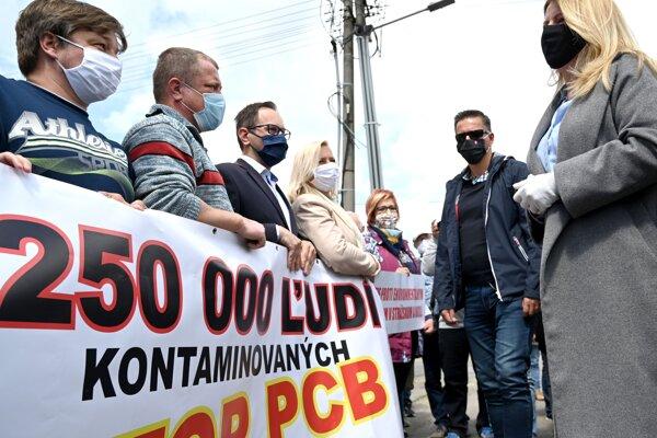 Protestujúci proti zamoreniu PCB látkami v obci Kladzany s prezidentkou.