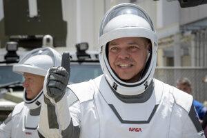 Astronauti Robert Behnken (pravo) a Douglas Hurley na ceste k rakete Falcon 9 pred druhým pokusom a odštartovanie misie SpaceX Demo-2,