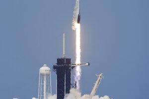 Štart rakety Falcon 9 firmy SpaceX s ľudskou posádkou.