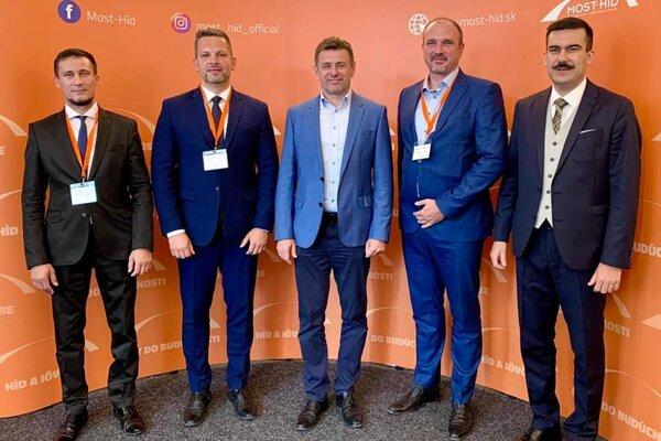 Nový predseda Mosta-Híd László Sólymos (v strede) a štyria podpredsedovia. Vpravo primátor Fiľakova Attila Agócs.