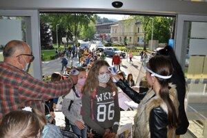 Kontrola žiakov pred vstupom do ZŠ Janka Matúšku v Dolnom Kubíne.