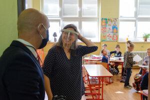 Pri príležitosti znovuotvorenia škôl a Medzinárodného dňa detí navštívil 1. júna 2020 minister školstva, vedy, výskumu a športu SR Branislav Gröhling (na snímke vľavo) Základnú školu v Bošanoch v okrese Partizánske.
