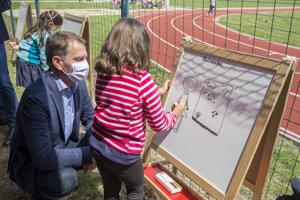 Premiér SR Igor Matovič navštívil žiakov ZŠ Ostredková 14 v Bratislave 1. júna 2020.
