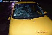 Dôsledkom nárazu sa rozbilo čelné sklo na aute.