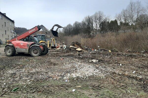 Na odpad mesto povolalo mechanizmy.