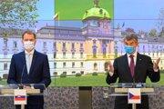 Slovenský premiér Igor Matovič a český premiér Andrej Babiš na spoločnej tlačovej konferencii.