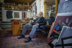 V ateliéri má staré aj nové diela. Plánuje ilustrácie nových diel ako Janovicove aforizmy či bibliofíliu Puškina.