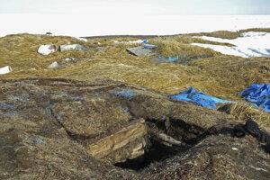 Pohľad na vchod do ľadovej pivnice v dedine Point Hope na Aljaške. Obyvatelia pre otepľujúcu sa pôdu majú čoraz viac problém uchovávať mäso spôsobom, ako zvykli ich predkovia.