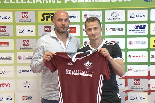 Erik Grendel s dresom svojho nového klubu.