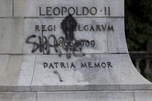 Poškodený podstavec pod sochou kráľa Leopolda II. v Antverpách.