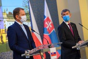 Predseda vlády SR Igor Matovič (vľavo) a český premiér Andrej Babiš počas tlačovej konferencie v Prahe.