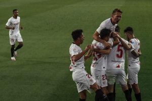 Futbalisti FC Sevilla sa radujú po jednom z gólov.