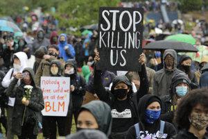 Smrť Georga Floyda spustila vlnu protestov proti policajnej brutalite.