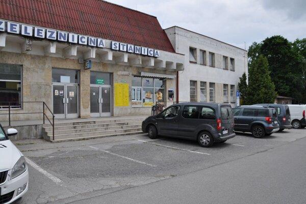 Parkovisko pred železničnou stanicou už patrí mestu.