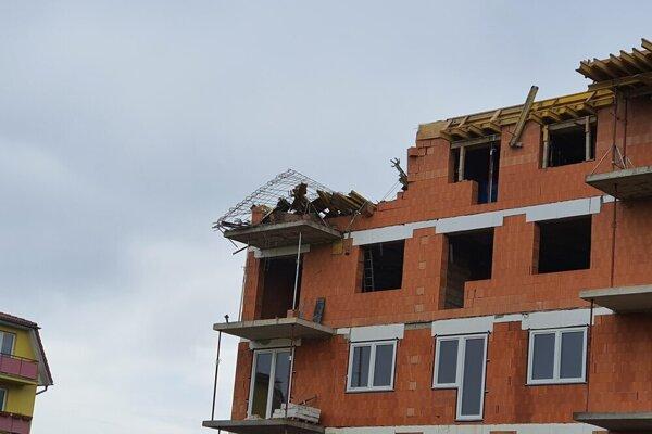 Na bytovke spadla časť muriva z vrchného poschodia.