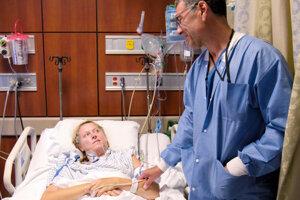 Doktor David Langer s pacientkou Mitzie v dokumentárnom seriáli Lenox Hill na Netflixe.