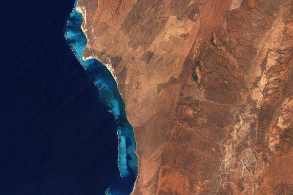Ilustračná fotografia, koralový útes Ningaloo na západnom pobreží Austrálie. Vedci pozdĺž takmer celého pobrežia kontinentu objavili obrovskú podvodnú sieť riek.