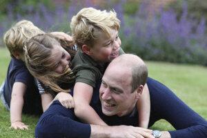 Kensingtonský palác zverejnil na Twitteri novú fotografiu Williama s jeho troma deťmi: princom Georgeom (6), princeznou Charlotte (5) a dvojročným princom Louisom.