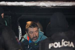 Ľubomír Kudlička v rukách polície.