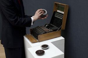 Exemplár šifrovacieho stroja Enigma v londýnskom aukčnom dome Christie's.