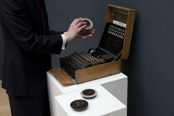 Exemplár šifrovacieho stroja Enigma v londýnskom aukčnom dome Christie's - ilustračná fotografia.