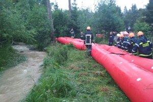 Hasiči vykonávali počas noci monitoring výšky vodného toku potoka v Starej Lesnej.
