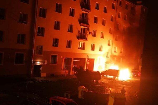 Hasiči plamene uhasili do 16 minút.