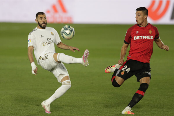 Martin Valjent (vpravo) a Karim Benzema v zápase Real Madrid - Mallorca.