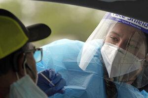 Zdravotníčka Kenzie Andersonová odoberá vzorku pacientovi počas testovania na prítomnosť koronavírusu v medicínskom centre v americkom Houstone.