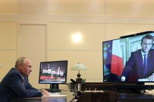 Ruský prezident Vladimir Putin počúva francúzskeho prezidenta Emmanuela Macrona počas videokonferencie v rezidencii Novo-Ogaryovo 26. júna 2020.