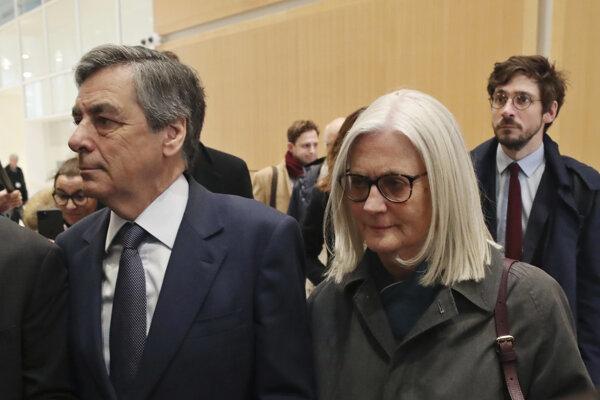 Bývalý francúzsky premiér Francois Fillon a jeho manželka Penelope prichádzajú na súd v Paríži.