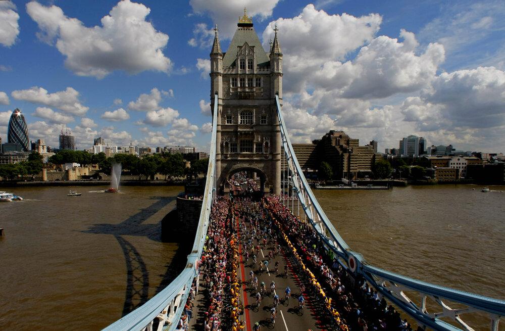 Cesta na moste je 11 metrov široká a po oboch stranách má chodníky.