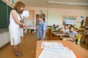 Triedna učiteľka žiakov prvého ročníka 2019/2020 Alexandra Nedbálková (vľavo) počas odovzdávania koncoročných vysvedčení na Základnej škole v Starej Turej.