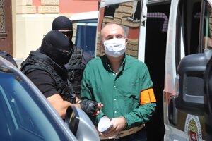 Eskorta privádza exšéfa Správy štátnych hmotných rezerv SR Kajetána Kičuru na Špecializovaný trestný súd v Banskej Bystrici.