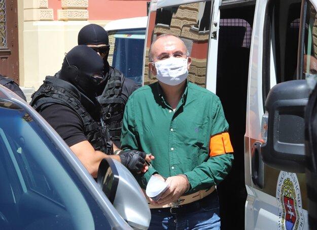 Eskorta privádza exšéfa Správy štátnych hmotných rezerv Kajetána Kičuru na Špecializovaný trestný súd.