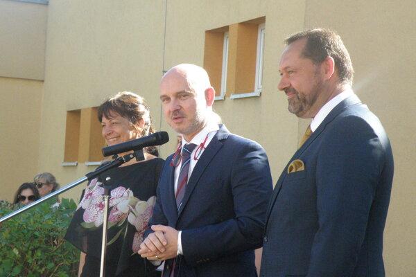 Minister Gröhling (v strede) s riaditeľkou ZŠ Hradná Martou Bystrickou a primátorom Nových Zámkoch Otokarom Kleinom.