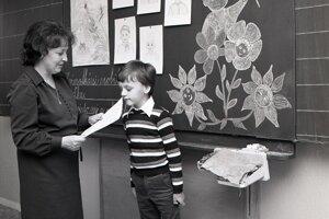 Koniec školského roka na bratislavskej škole v roku 1980.