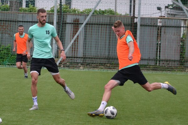 Humenský káder vystužili Jakub Bavoľár (vpravo) z FC Košice a Filip Bednár (číslo 15) z Vranova.