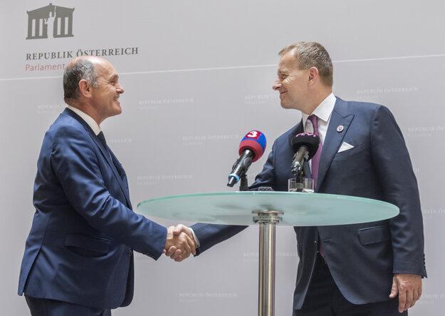 Vľavo predseda Národnej rady Rakúskej republiky Wolfgang Sobotka a vpravo predseda Národnej rady Slovenskej republiky Boris Kollár 3. júla 2020 vo Viedni.