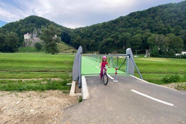 Cyklotrasa medzi Trenčínom a Nemšovou.