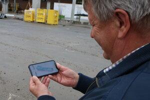 Cyril Fogaš ukazuje, ako bude vyzerať areál po úprave.