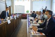 Na snímke vľavo predseda Výboru pre financie a rozpočet Marián Viskupič (SaS) a prvý sprava poslanec Ladislav Kamenický (SMER-SD) počas verejného vypočutia kandidátov na post predsedu Rady pre rozpočtovú zodpovednosť.